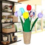 Nhà xinh với lọ hoa tulip bằng vải nhiều màu sắc