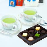 Chocolate tươi 6 vị và 2 cốc trà xanh lúc lắc nóng