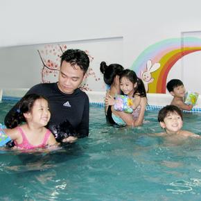 Cuối tuần bổ ích với khóa học bơi bể bơi nước nóng