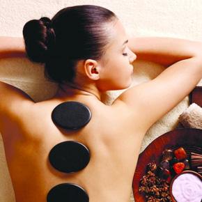 Massage body đá nóng với tinh dầu hoặc kem
