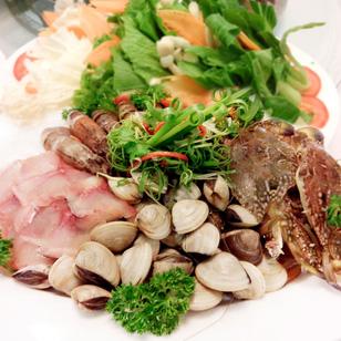 Lẩu hải sản nóng hổi bổ dưỡng với Tôm sú, sò dương