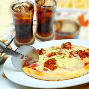 Pizza nhiều vị hấp dẫn kèm Coca mát lạnh