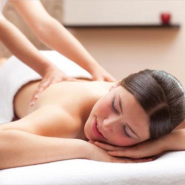 Massage body bằng tinh dầu đá nóng