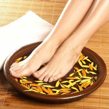 Massage và ngâm chân với thảo dược