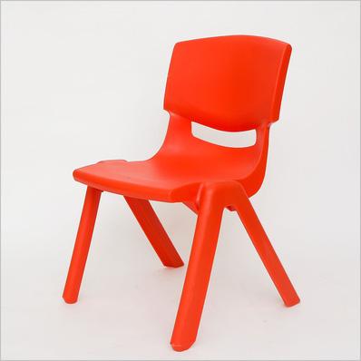 Ghế nhựa đúc chắc chắn và tiện dụng  cho bé