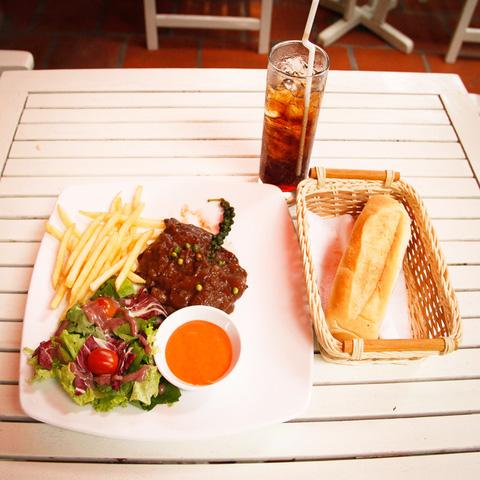 Combo 01 phần bít tết bò sốt tiêu xanh + 01 ly nước ngọt dành cho 01 người tại Nhà hàng Bonjour Resto - Chỉ 76.000đ