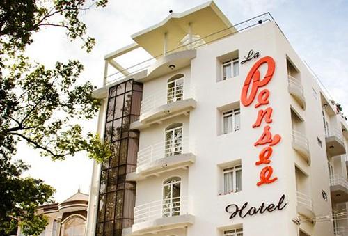 Khách sạn 2 sao La Pensée Đà Lạt, kiến trúc cổ điển. Phòng Superior Twin cho 2 người. Chỉ 320.000đ/đêm