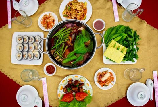 Ẩm thực Hàn Quốc (Lẩu thập cẩm chua cay, cơm cuốn cá ngừ, gỏi mực cay, sườn heo nướng) tại nhà hàng Jeju cho 3-4 người - Chỉ với 258.000đ