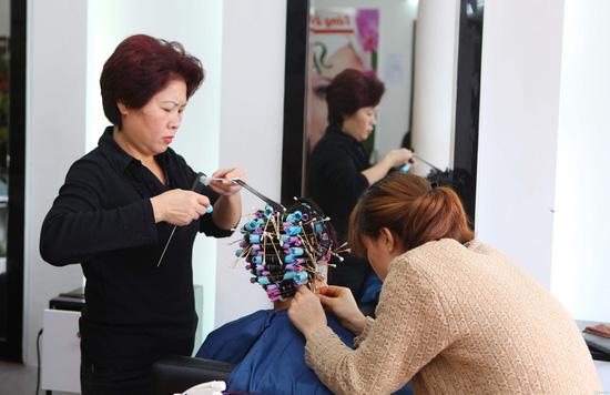 Uốn (nóng hoặc lạnh)/ nhuộm/ ép dành cho 01 người tại Siêu thị tóc New & Nice - Chỉ với 253.000đ - 2