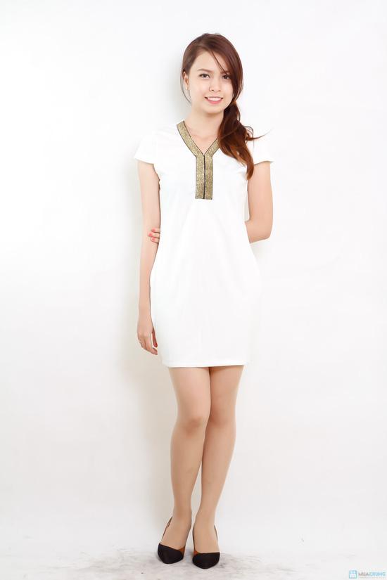 váy trắng pha viền cổ vàng ánh kim - 1
