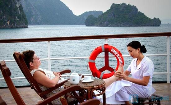 Du ngoạn Vịnh Hạ Long trên du thuyền Emeraude Classic Cruises 5 sao 2N1D, trọn gói cho 2 người kèm 30 phút Foot Massage. Chỉ 4.965.000đ - 2