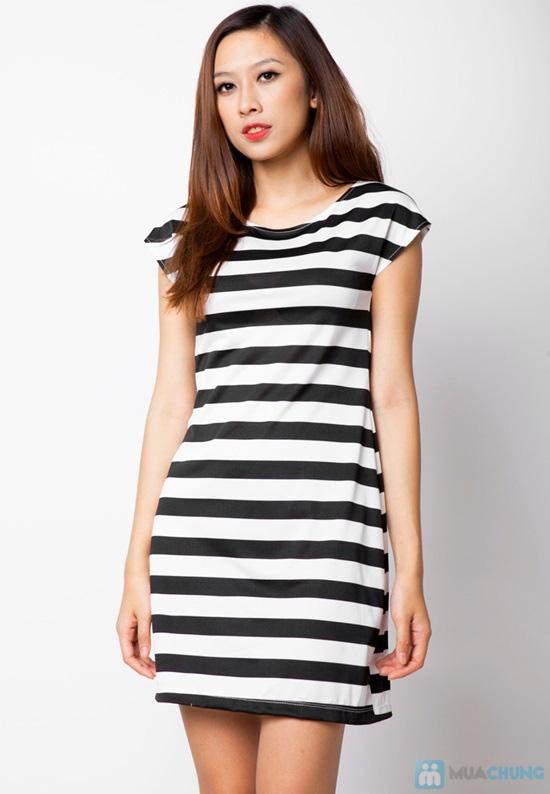 Đầm suông sọc ngang trắng đen cá tính - 9