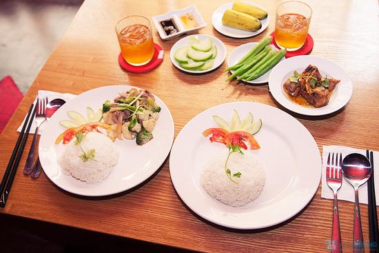 Cơm trưa + Buffet rau + trái cây tráng miệng + nước uống cho 02 người tại Nhà hàng Magic Lounge - 13