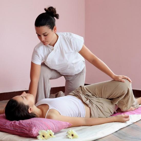Liệu trình massage body Thái kết hợp với đá nóng