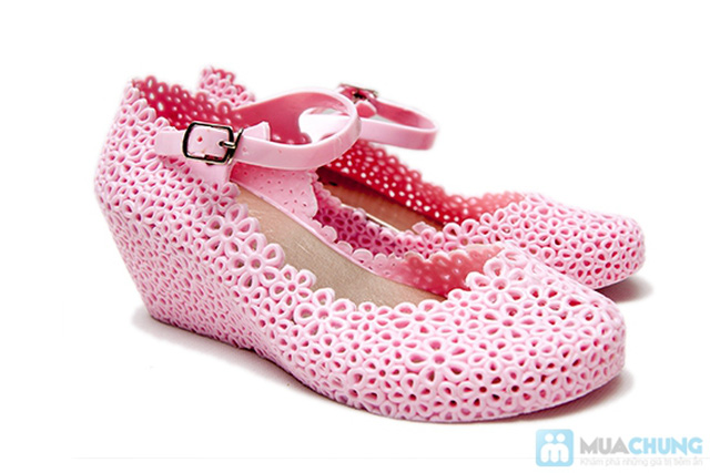 Trẻ trung, xinh xắn với những kiểu giày nhựa  - Chỉ 70.000đ/01 đôi - 1