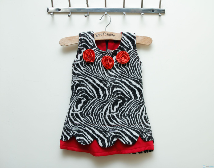 Váy dạ vằn đen trắng phối màu đỏ Kitty kids - 6