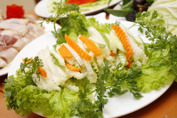 Set lẩu gà nấm kèm nộm, salat cho 4N - 5