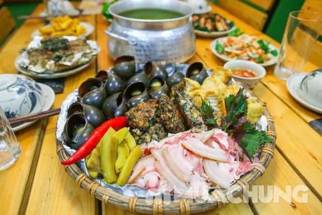 Lẩu ốc nấu xưa cùng nhiều món ăn kèm hấp dẫn dẫn  - 5