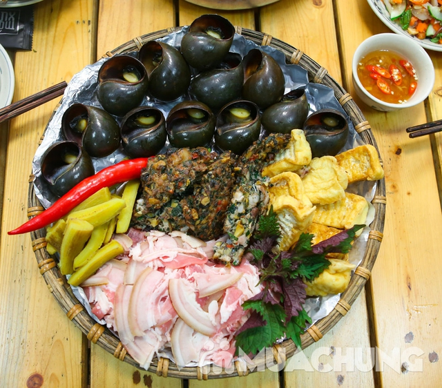 Lẩu ốc nấu xưa cùng nhiều món ăn kèm hấp dẫn dẫn  - 9