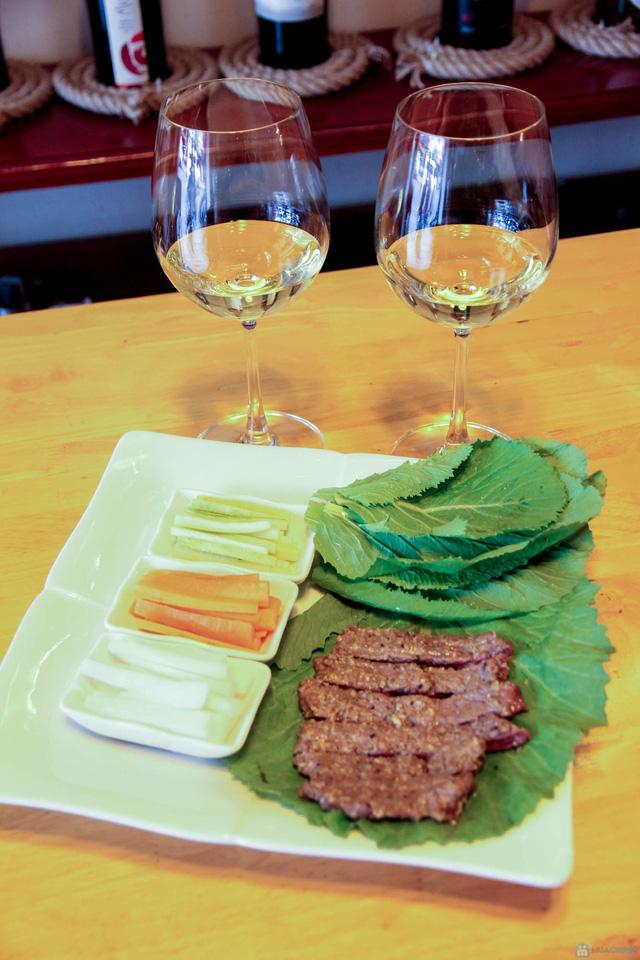 Hào sữa + Bò thanh chấm wasabi + Rượu vang trắng cho 2 người tại La Passion Wine Bar - 15